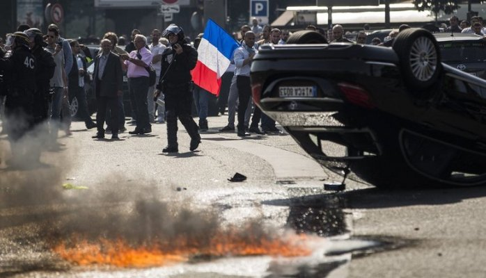 French taxi drivers protesting Uber